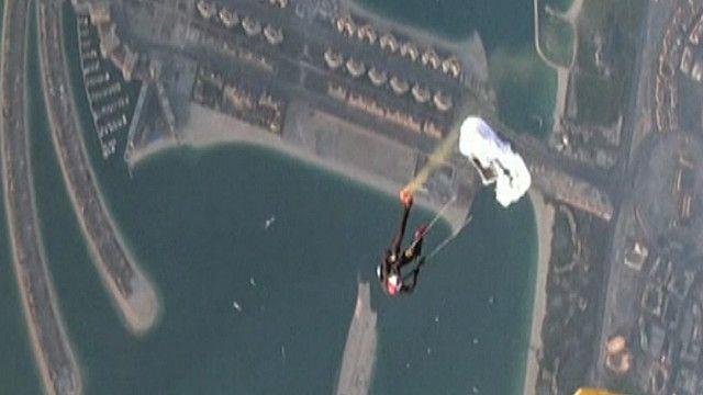 رقم قياسي عالمي بالقفز بأصغر مظلة في سماء دبي