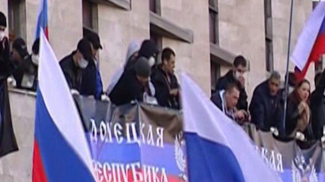 متظاهرون في شرق اوكرانيا يتسلقون مبنى حكومي