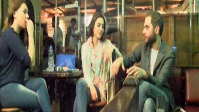 شبان من طرابلس في جلسة بأحد المقاهي