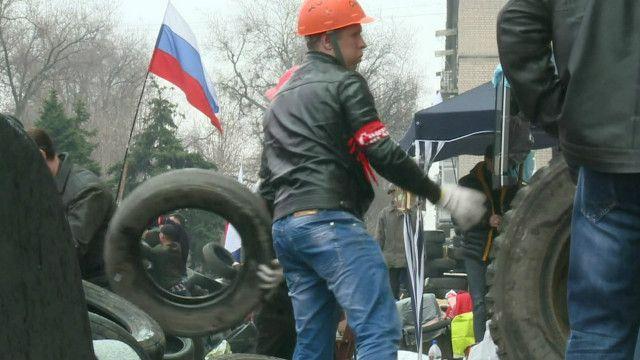 Пророссийский активист у здания обладминистрации Донецка