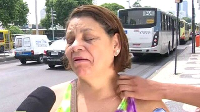 Momento en que una mujer es robada en una calle de Río de Janeiro mientras habla con una televisión local