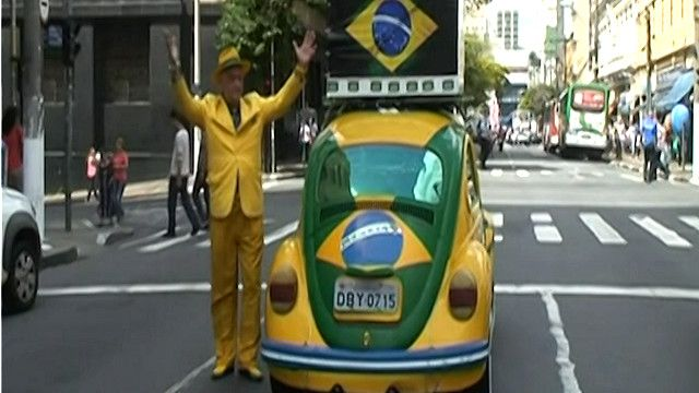 مشجع برازيلي وسيارته
