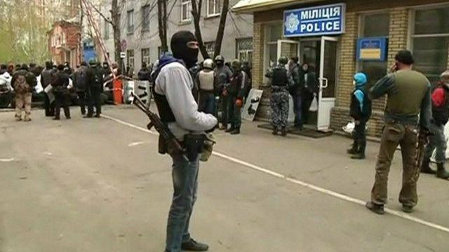 Um dos homens armados e encapuzados que ocupou a sede de polícia na cidade de Slaviansk, na Ucrânia (BBC)