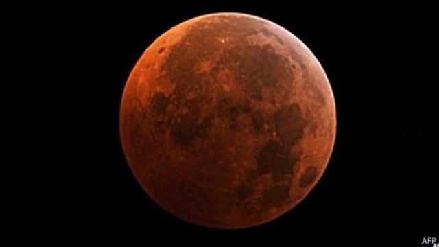 """خسوف للقمر بلون """"الدم الأحمر"""" في الأمريكتين"""