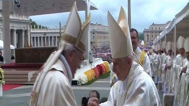 البابا فرنسيس و البابا بنيديكتوس