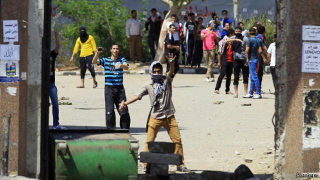 """الغاز المسيل للدموع لتفريق مظاهرات جمعة """"باطل ميحكمش"""" في مصر"""