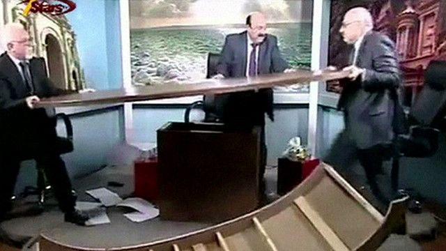 صحفيان اردنيان يتعاركان بالأيدي على الهواء مباشرة