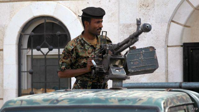 جنود قتلى في اشتباكات بين الأمن ومسلحين أمام القصر الرئاسي في صنعاء