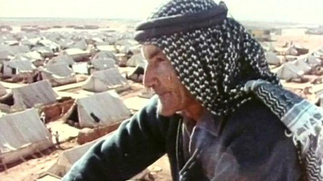 صورة لاجيء فلسطيني مقابل مخيم