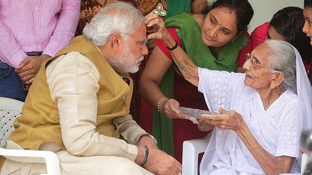 नरेंद्र मोदी को तिलक लगातीं उनकी माँ