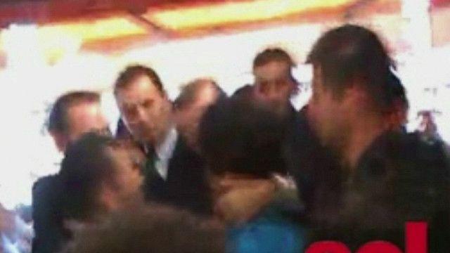 احد الاتراك يشتبك مع اردوغان