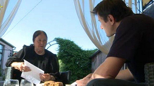 Крымская татарка беседует с корреспондентом Би-би-си