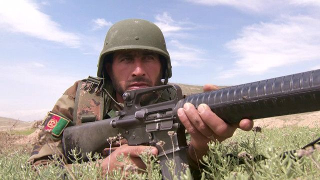 ضابط افغاني أثناء التدريب