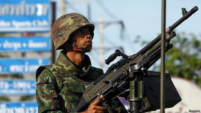 Após lei marcial, Exército da Tailândia busca encontro com líderes políticos