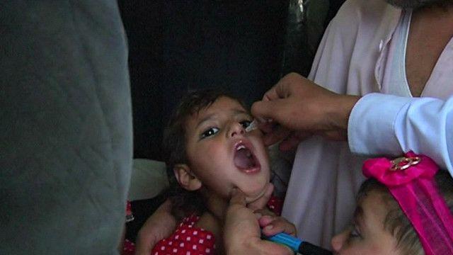 پاکستان میں ایک بچی کو قطرے پلائے جا رہے ہیں