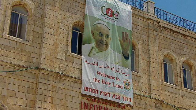 صورة لبابا الفاتيكان على احد المباني في القدس