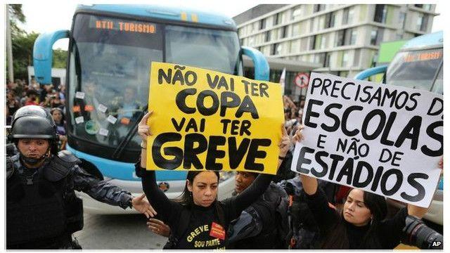 محتجون برازيليون يهاجمون حافلة لاعبي منتخب بلادهم