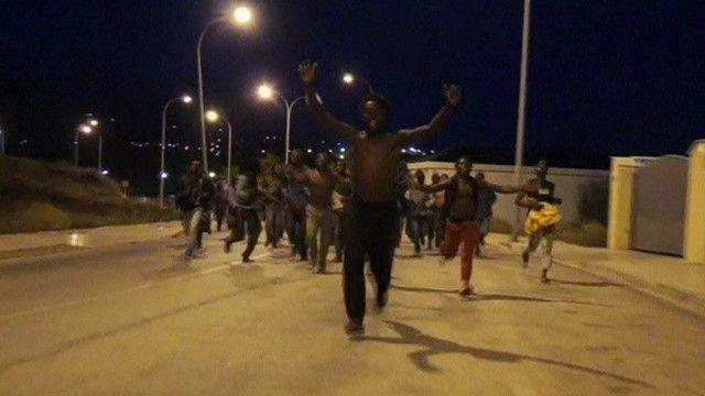 400 مهاجر أفريقي يخترقون السياج الحدودي بين المغرب وإسبانيا