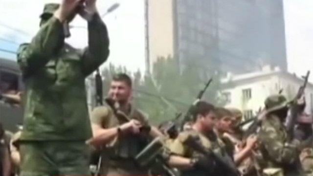 Cалют из автоматов у здания Донецкой обладминистрации