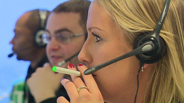 امرأة تدخن سيجارة اليكترونية
