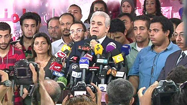 حمدين صباحي في مؤتمر صحفي محاط بأعضاء حملته