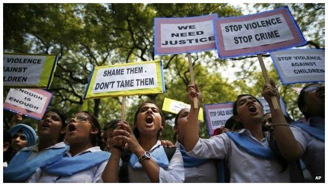 انڈیا میں ریپ کے خلاف احتجاج کرتی لڑکیاں