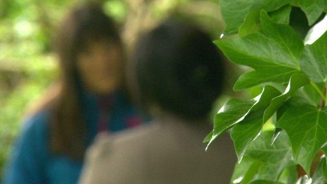 صورة لأحدى الفتيات المستعبدات مع مراسلة بي بي سي