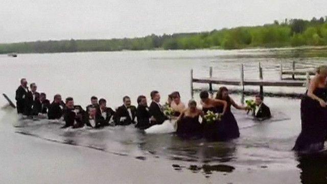 noivos e padrinhos caem na água   AP
