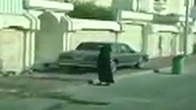 امرأة في احد شوارع شرق السعودية