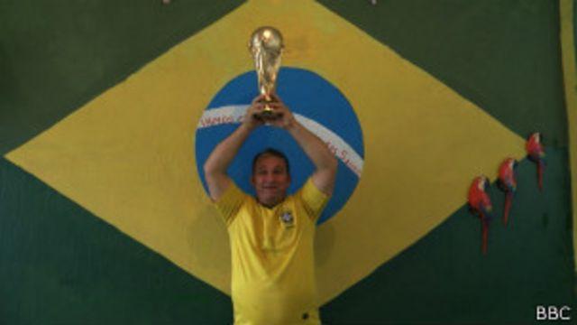 Carioca faz em casa réplicas baratas da taça da Copa