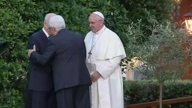 عباس وبيريس يلتقيان بحضور البابا فرانسيس