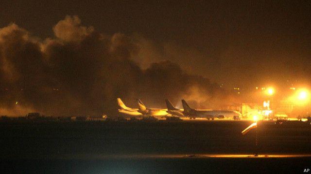 کراچی ایئرپورٹ پر نذر آتش عمارت