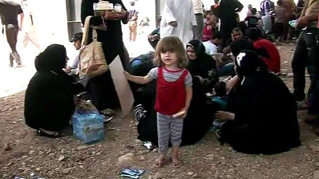 Мирные жители бегут из захваченного боевиками Мосула