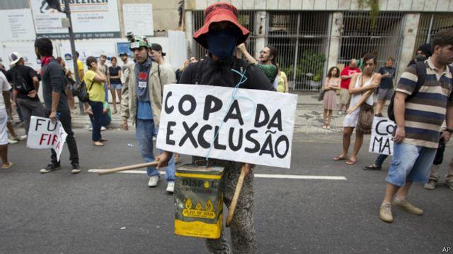 Mundial arranca con polémico penalti y protestas en las calles