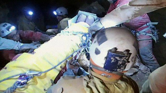 منقذون يخرجون باحث الماني عالق في كهف تحت الارض