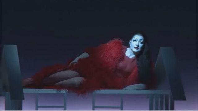 صحنه ای از نمایش زندگی و مرگ مارینا آبراموویچ