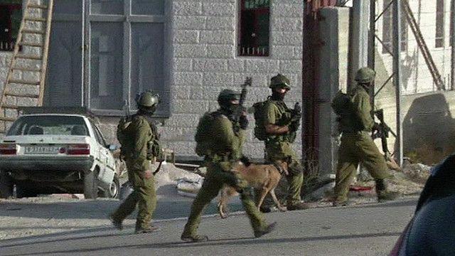 جنود اسرائيليون  في عملية بحث ومداهمة في الضفة الغربية