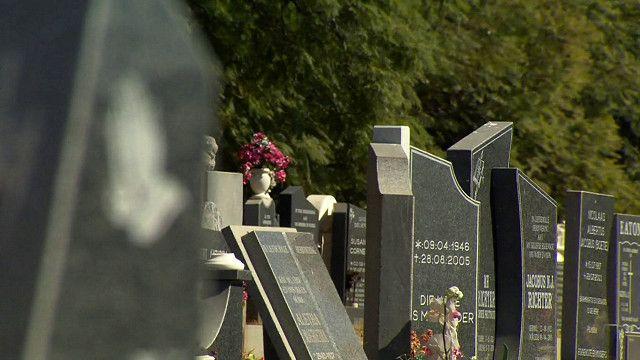 شواهد  قبور في إحدى مقابر جنوب أفريقيا