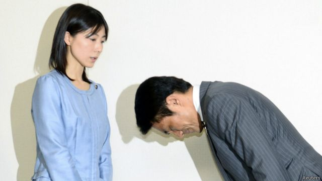 Parlamentar japonês pede desculpas após mandar colega 'se casar logo'