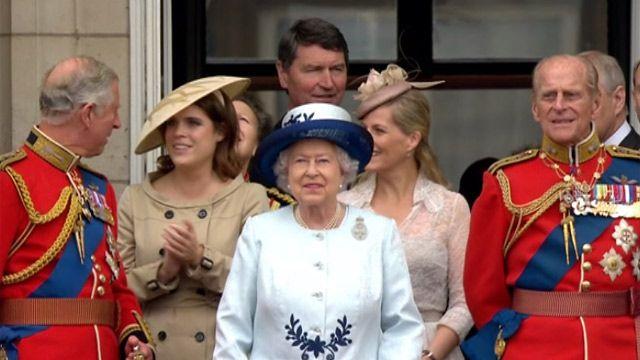 Члены королевской семьи на балконе Букингемского дворца