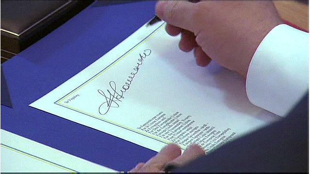 Петр Порошенко подписывает соглашение об ассоциации с ЕС