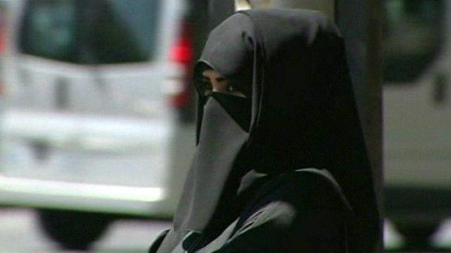 فتاة مسلمة ترتدي البرقع في فرنسا