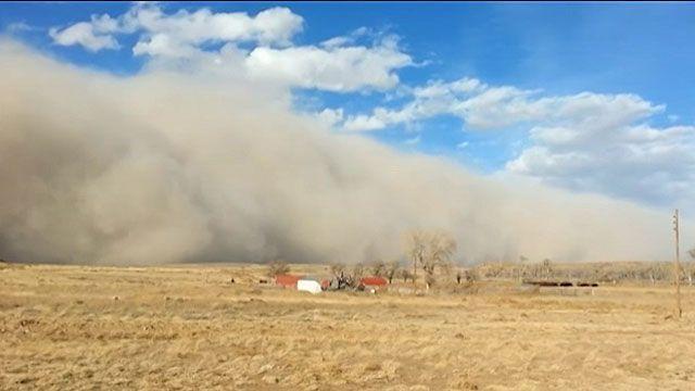 Moradora captou com celular 'parede' de poeira avançando em Oklahoma no começo do ano (BBC)