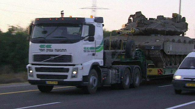 مركبة اسرائيلية تحمل دبابة