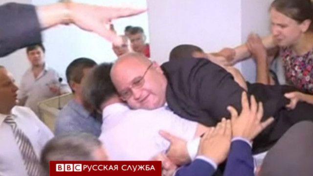 Леонида Пруса атакует толпа