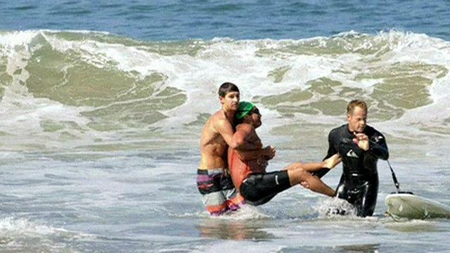 رجل ينقذ سابح عضه القرش