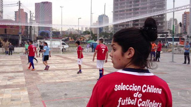 Chile e Uruguai jogam em Mundial de Futebol de Rua | Foto: Camilla Costa/BBC Brasil