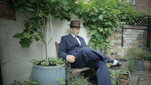 Ben Sansum se veste como se vivesse em 1946 quando está em casa (BBC)
