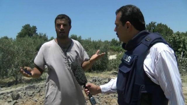 مراسل بي بي سي مع أحد السكان