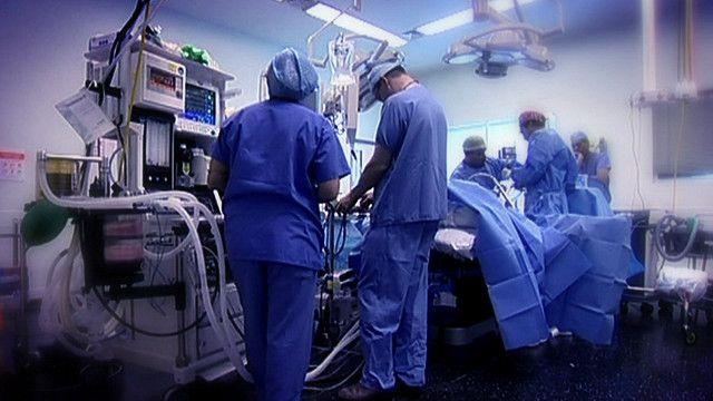طاقم طبي في غرفة العمليات